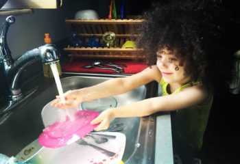 kids-doing-dishes_t20_rONZ7B
